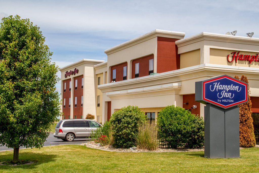 Exterior image of the Hampton Inn in Litchfield