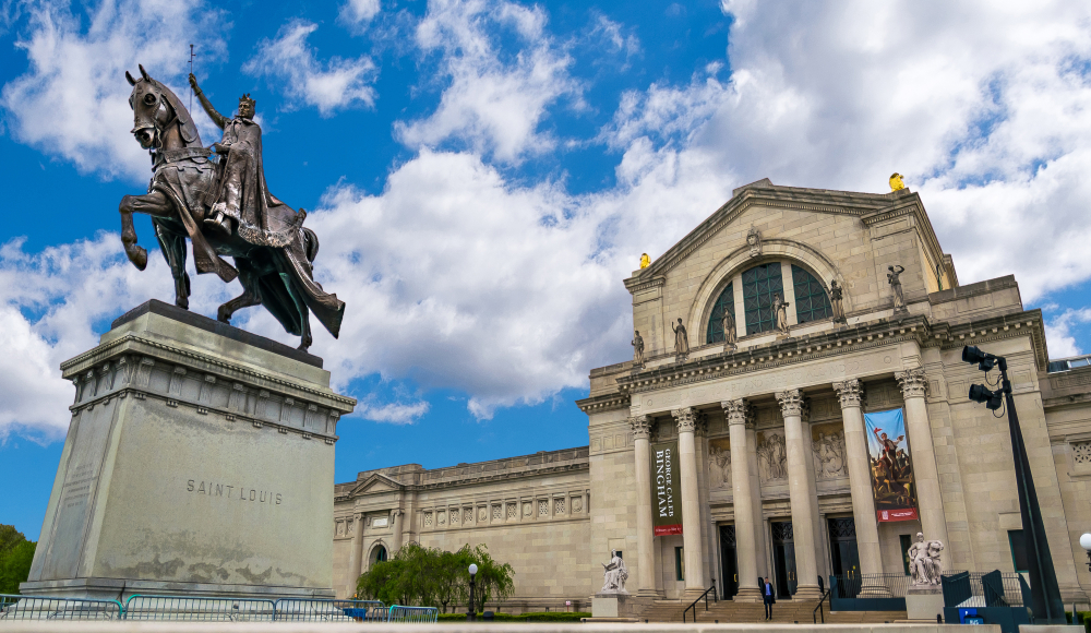 Sculpture of man on horse in front of St. Louis Art Museum